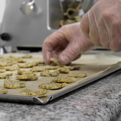 Préparation des biscuits sur la plaque du four